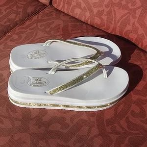 🌼Bolaro White & Gold Flip Flops Size 8.5